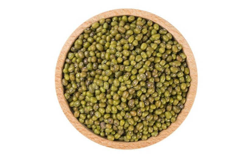 Haricot de Mung ou de mungo dans la cuvette en bois d'isolement sur le fond blanc nutrition Ingrédient de nourriture photo stock
