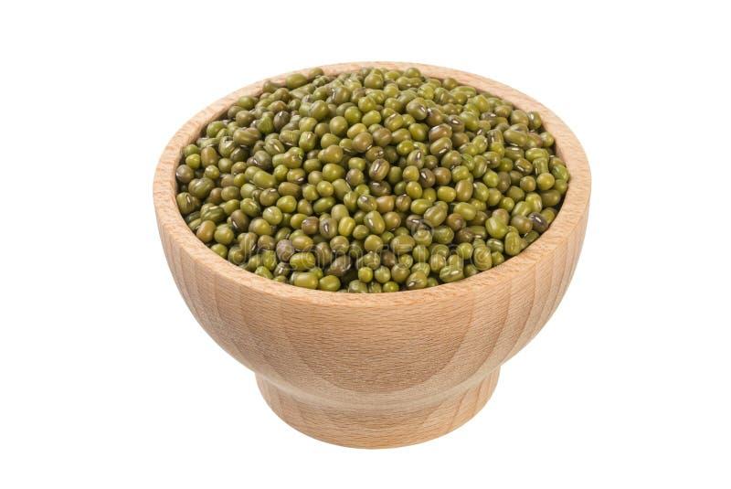 Haricot de Mung ou de mungo dans la cuvette en bois d'isolement sur le fond blanc nutrition Ingrédient de nourriture photographie stock libre de droits
