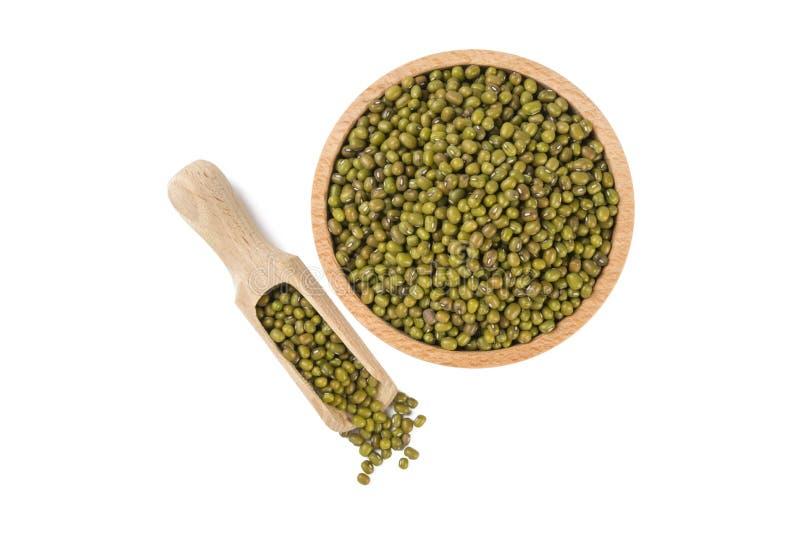 Haricot de Mung ou de mungo dans la cuvette en bois et le scoop d'isolement sur le fond blanc nutrition bio Ingrédient de nourrit image libre de droits