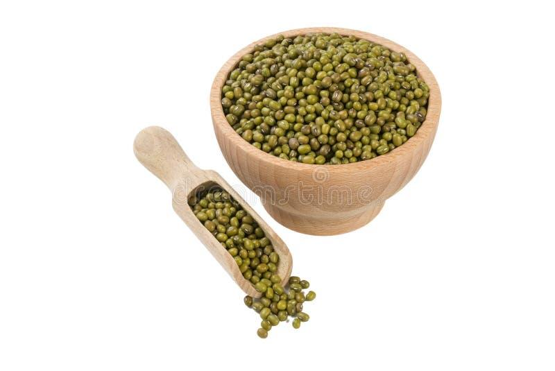 Haricot de Mung ou de mungo dans la cuvette en bois et le scoop d'isolement sur le fond blanc nutrition bio Ingrédient de nourrit photographie stock