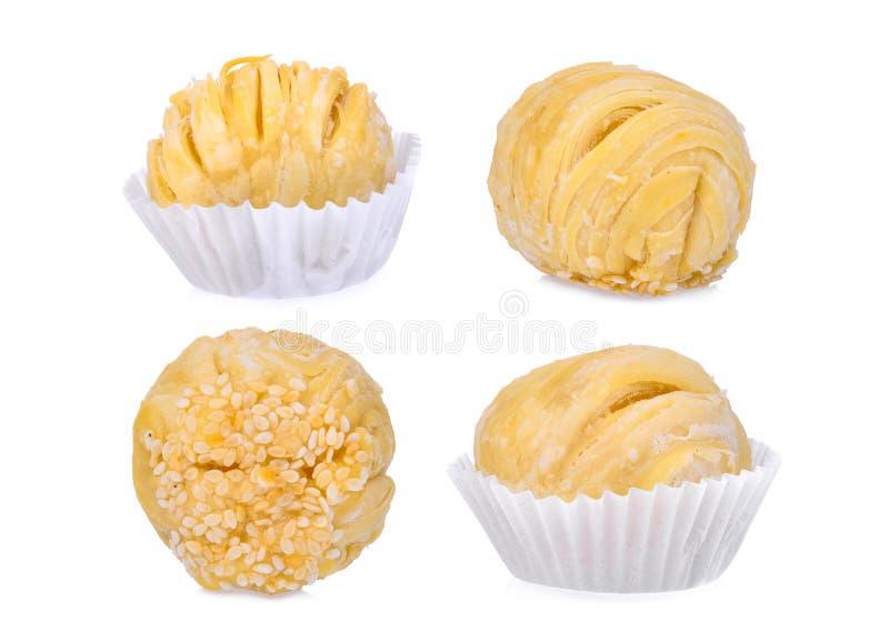 Haricot de pâtisserie-mung de Chinois avec le jaune d'oeuf ou le gâteau de lune d'isolement photos stock