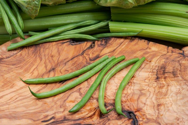 Haricot franc?s org?nico cru fresco Verts dos feij?es verdes, ou feij?es da faixa na madeira verde-oliva imagens de stock