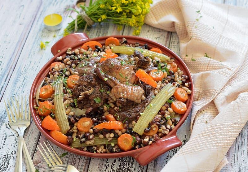 Haricots avec les légumes et la viande d'un plat images libres de droits