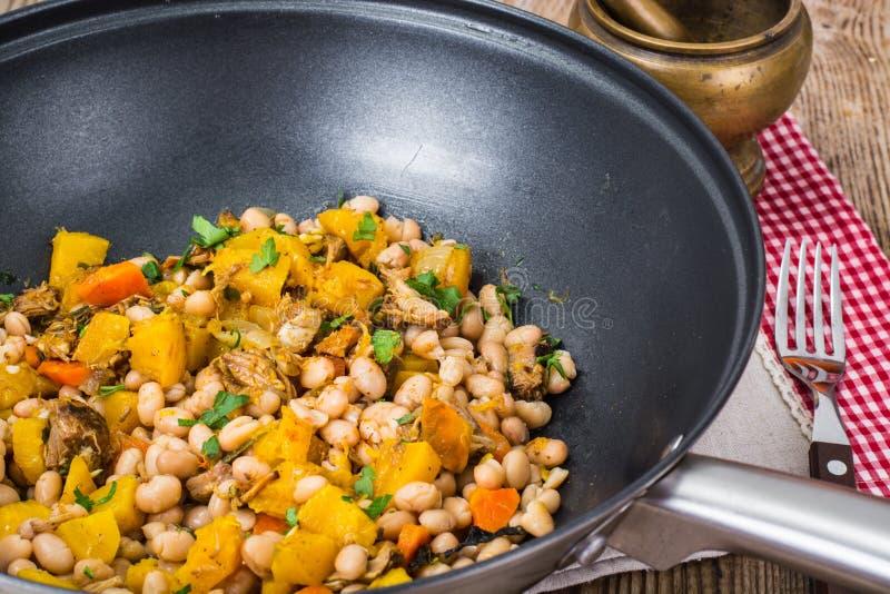 Haricots blancs cuits avec de la viande et des légumes photo stock