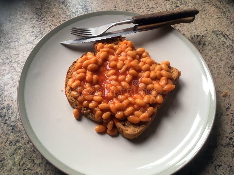 Haricots cuits au four sur le pain grillé photos stock