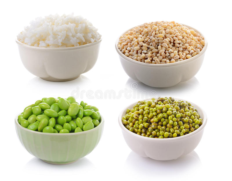Haricots de soja, riz, graine de la larme du travail, fèves de mung vertes dans une cuvette dessus images libres de droits