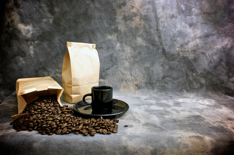 Haricots entiers et sacs de cuvette de café d'beaux-arts photos libres de droits