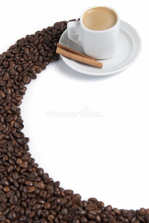 Haricots et café express de Coffe au-dessus de blanc. images stock