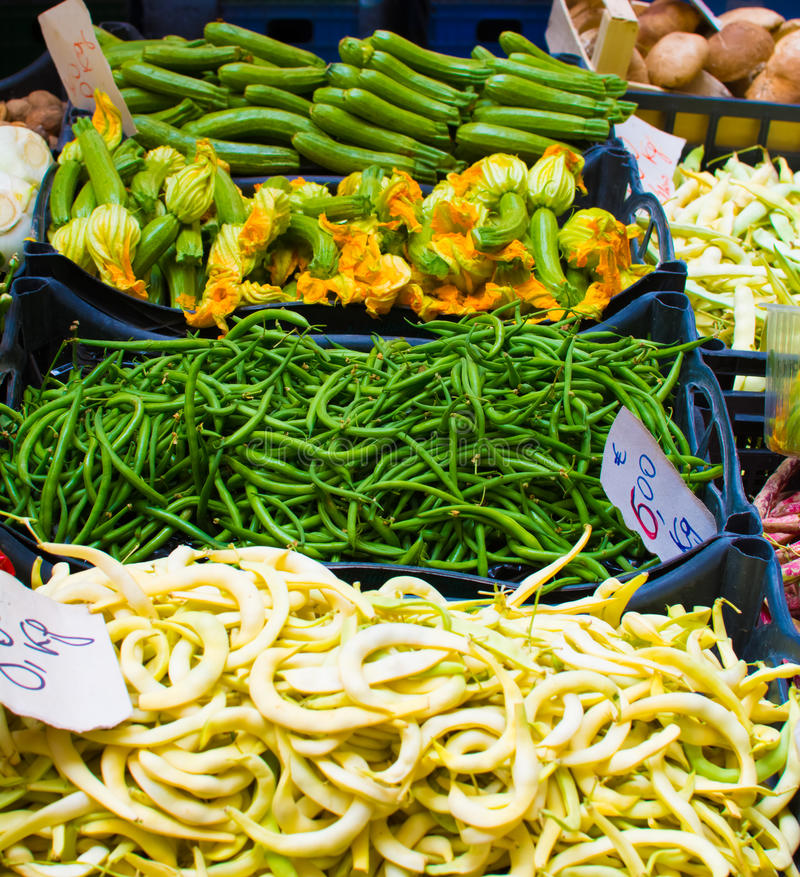 haricots et courgette sur le marché photo libre de droits