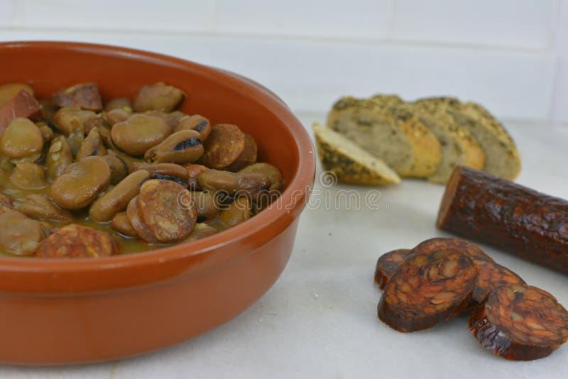 Haricots traditionnels espagnols cuits avec le chorizo, plat comme le fabada image libre de droits