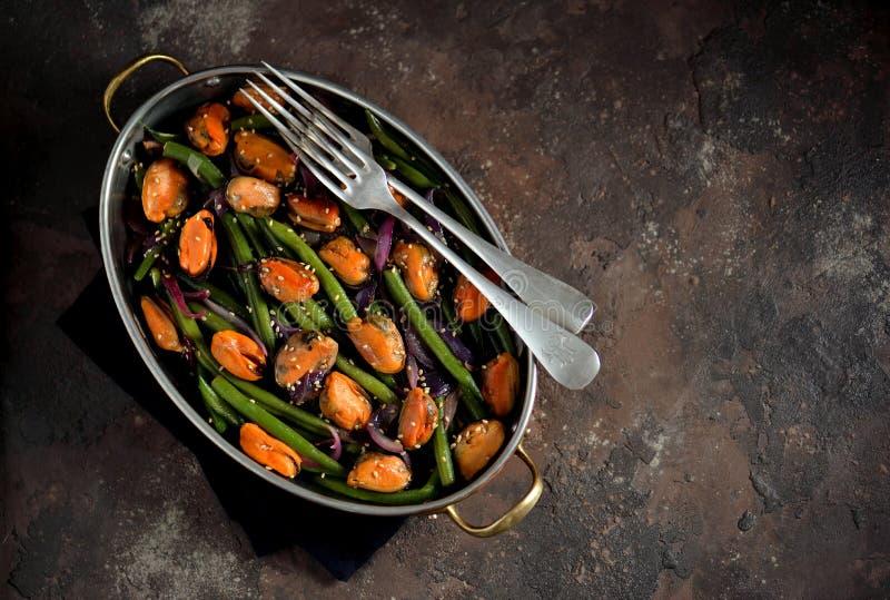 Haricots verts avec des moules, des oignons rouges et le sésame Nourriture végétarienne saine image libre de droits