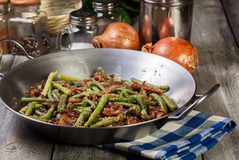 Haricots verts sautés sains avec le lard, l'oignon, et les miettes de pain photos stock