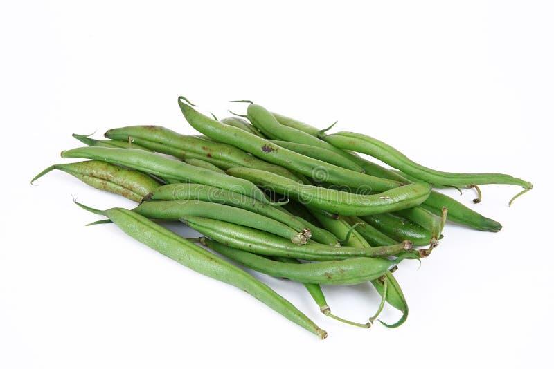 Haricots verts sur le fond blanc images stock