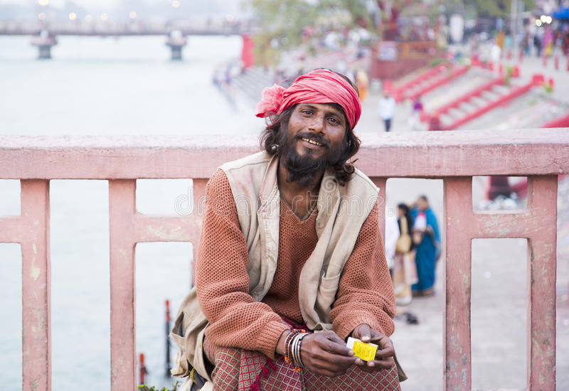 HARIDWAR, INDE - 23 MARS 2014 : Portrait de Sadhu sur le pont de la rivière de Ganga images stock