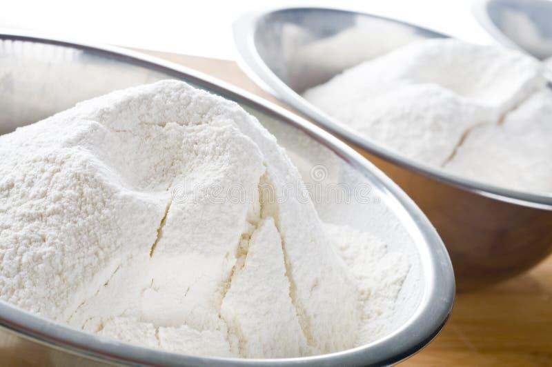 Harina blanca en tazón de fuente foto de archivo libre de regalías