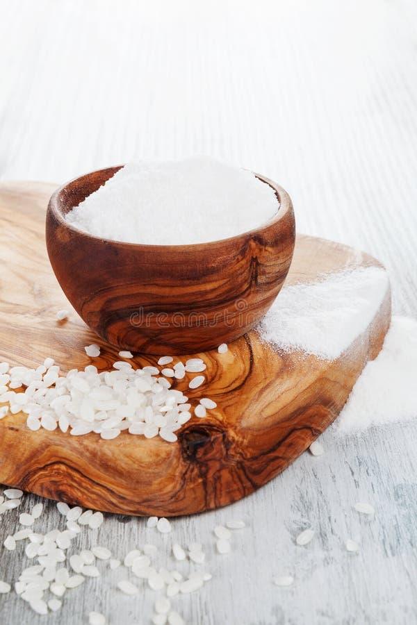 Harina de arroz libre del gluten en un cuenco de madera imágenes de archivo libres de regalías