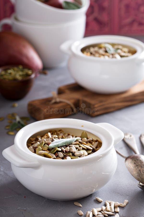 Harina de avena cocida con las peras y las semillas foto de archivo