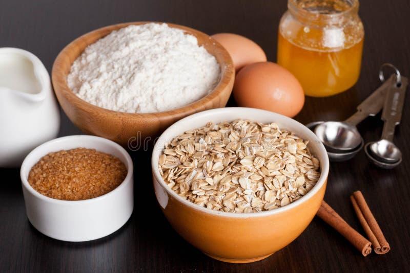 Harina de avena, harina, leche y huevos foto de archivo