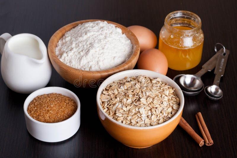 Harina de avena, harina, leche y huevos imagenes de archivo