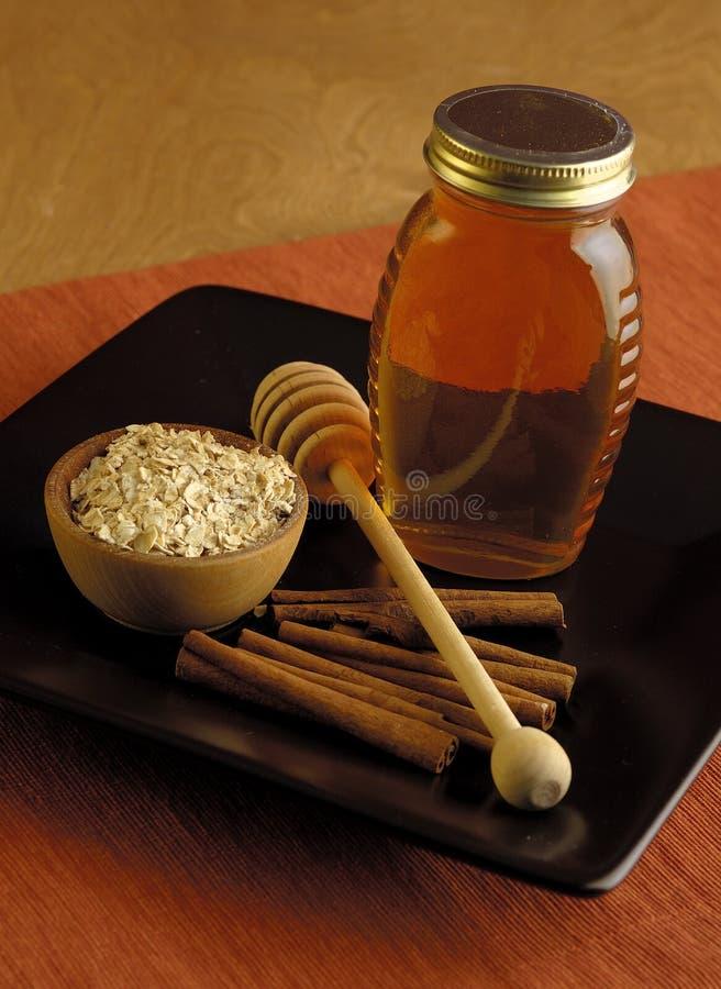 Harina de avena, miel y cinamomo fotos de archivo libres de regalías