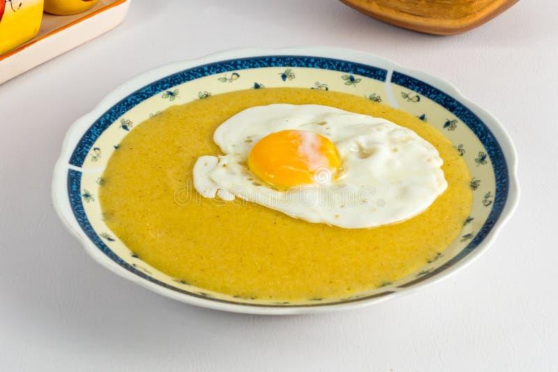 Harina de maíz y huevo frito imagenes de archivo