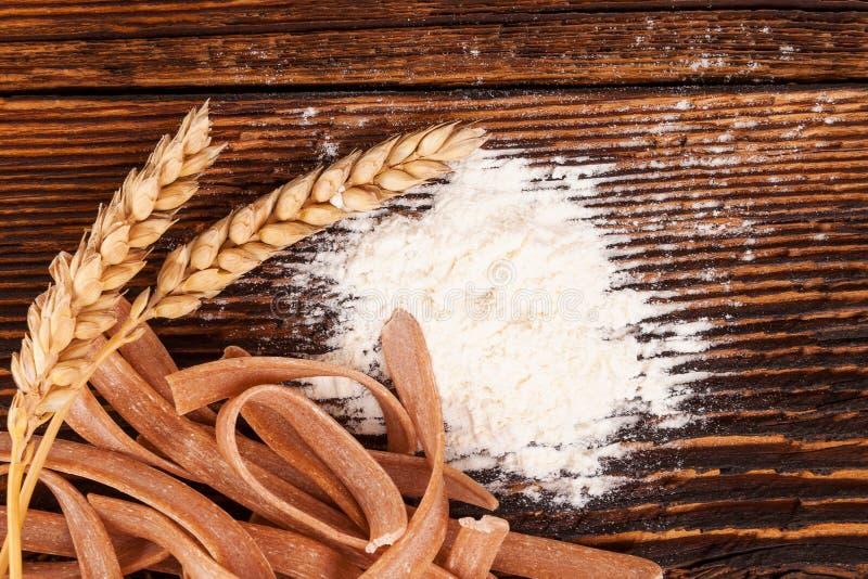 Harina y trigo con las pastas de los espaguetis imagen de archivo libre de regalías