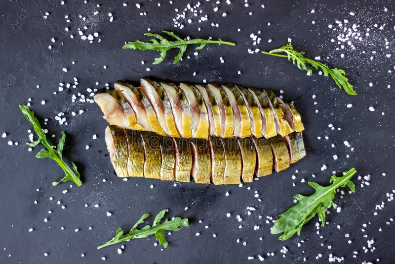 Haringen en makreel op een donkere achtergrond met uien en arugula royalty-vrije stock afbeelding