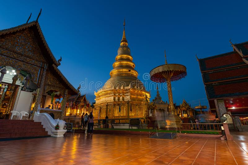 Hariphunchai masywna złocista stupa Lamphun prowincja, Tajlandia obraz stock