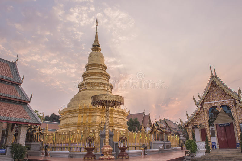 Hariphunchai tempel fotografering för bildbyråer