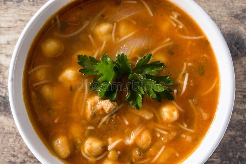 Harira-Suppe in der Sch?ssel auf Holztisch Typische marokkanische Nahrung RamadÃ-¡ n Konzept stockfoto