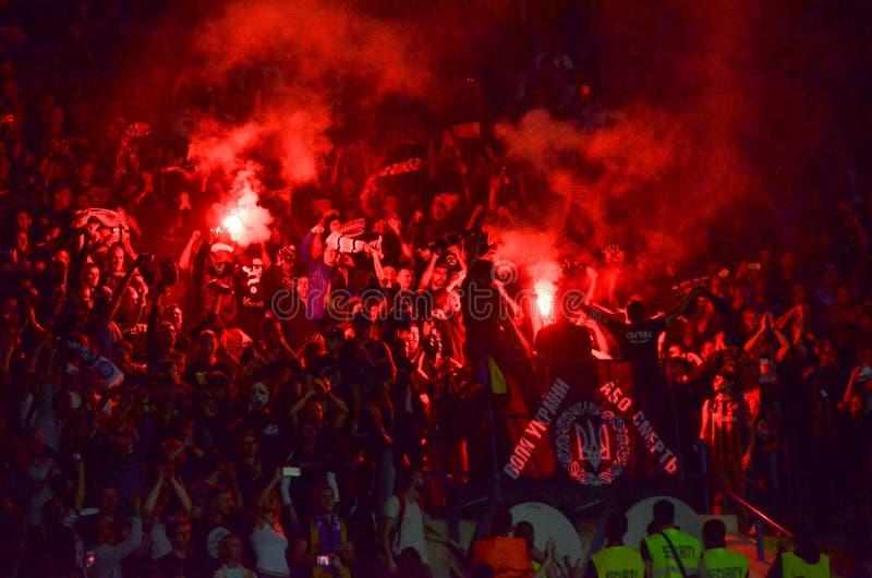 HARKÌV, UCRAINA - 13 settembre 2017: Ultras ha infornato il fuoco dentro fotografie stock libere da diritti