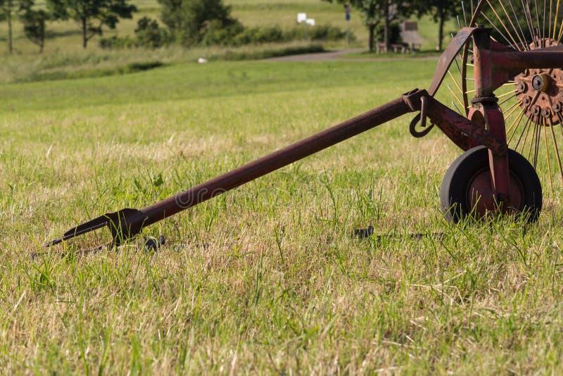 Harken der Maschine für das Heuen mit einem alten traktor stockbilder