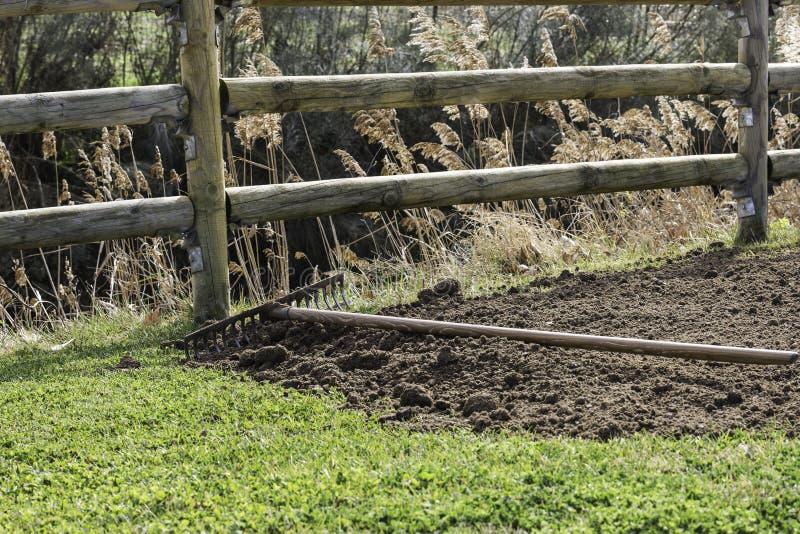 Harken Sie auf Stapel des organischen Düngemittels und des grünen Grases lizenzfreies stockfoto