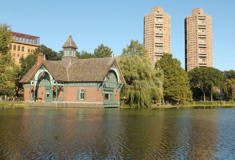 Harlem Meer e costruzioni in Central Park immagini stock