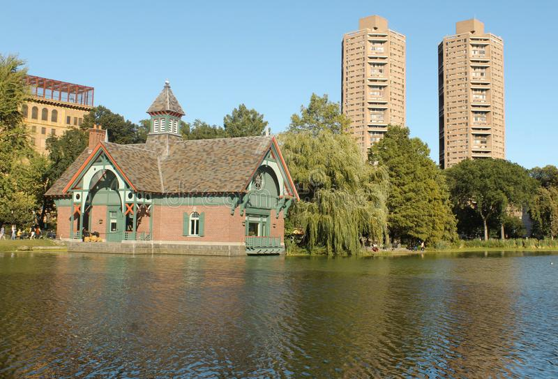 Harlem Meer i budynki w central park obrazy stock