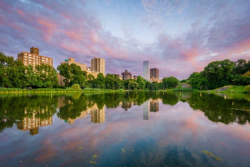 Harlem Meer przy zmierzchem, w central park, Manhattan, Miasto Nowy Jork zdjęcia stock