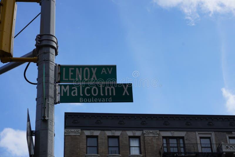 Harlem, New York, Malcolm X boulevard och tecken för Lenox avenygata arkivfoto