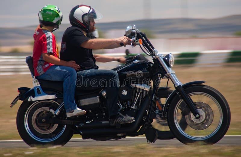 Download Harley οδήγησης παιδιών εκδοτική στοκ εικόνες. εικόνα από μαύρα - 22793233