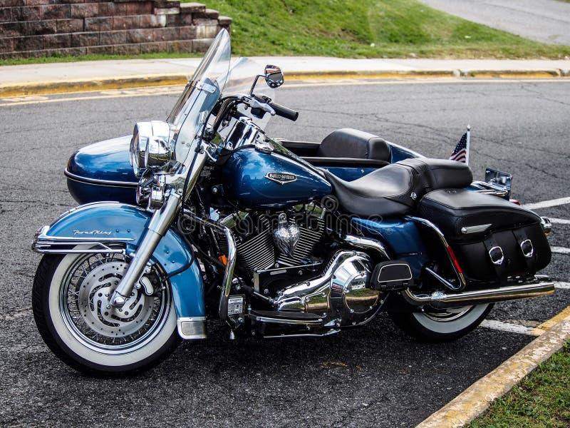 Harley Davidson con l'automobile laterale fotografie stock libere da diritti