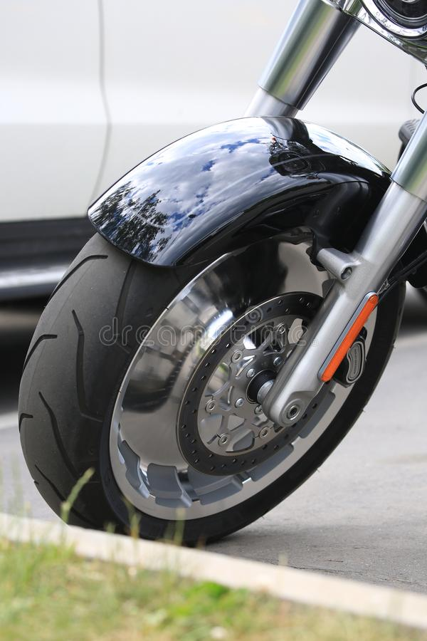Harley-Davidson Fat Boy-Motorrad Vorderrad mit Fender Nahaufnahme lizenzfreie stockbilder