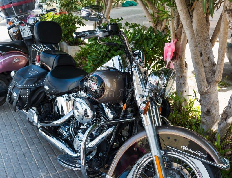 Harley Davidson Heritage Softail Classic ha parcheggiato nella tonalità immagini stock