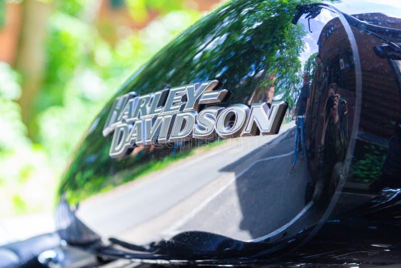 Harley Davidson-Logo auf einem schwarzen Motorrad Harley Davidson ist ein amerikanisches Motorrad stockfoto