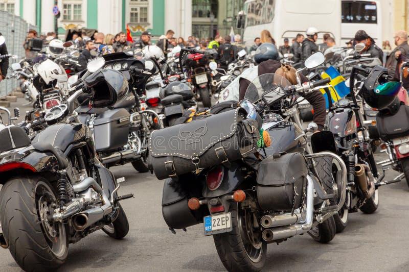 Harley-Davidson Motorcycle Festival em St Petersburg suporte do velomotor no passeio do quadrado e dos povos fotos de stock royalty free