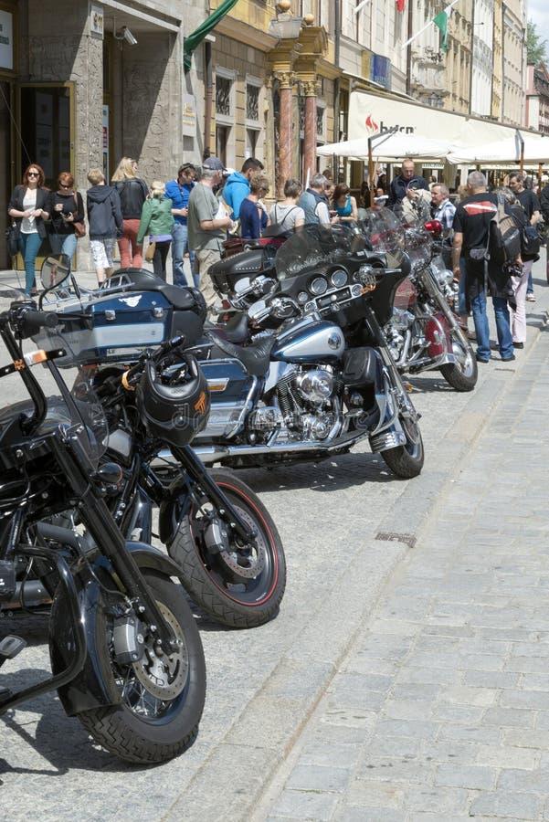 Harley Davidson-Motorrad geparkt in der Stadt lizenzfreies stockfoto