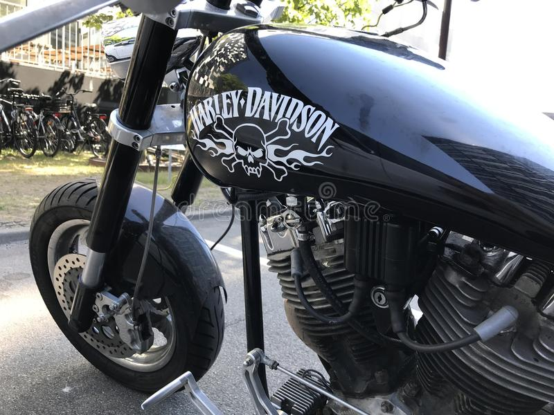Harley Davidson schwärzen Motorrad mit pirat Scull und die gekreuzten Knochen, die auf dem Kraftstofftank gemalt werden Teil im H lizenzfreies stockfoto