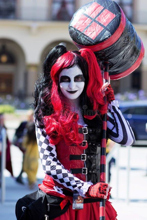 Harley Quinn avec le marteau Cosplay image libre de droits
