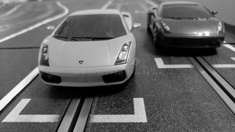 Harlow Anglia, Marzec 06 2019, -: Szczelina samochodów ścigać się na szczelina samochodu śladzie, czarny i biały dla retro spojrz obraz royalty free