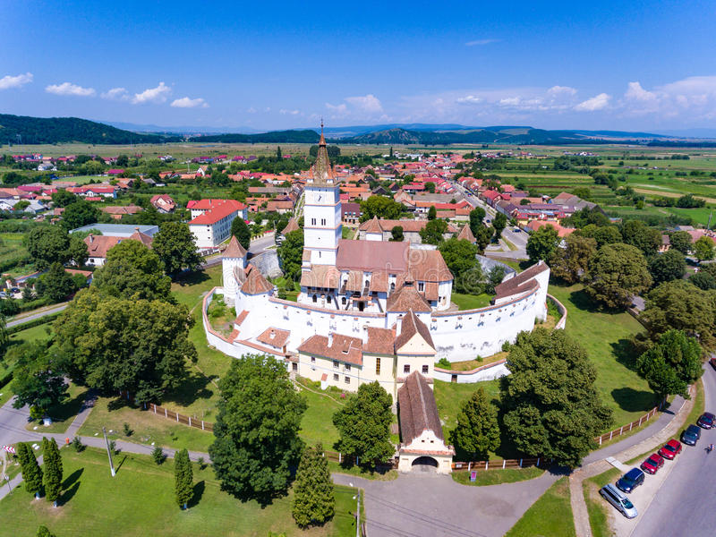 Harman Fortified Church na Transilvânia Romênia como visto do abo imagens de stock