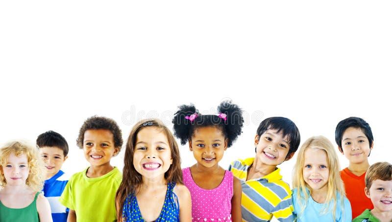 Harmlöshet för mångfaldbarnkamratskap som ler begrepp royaltyfri foto