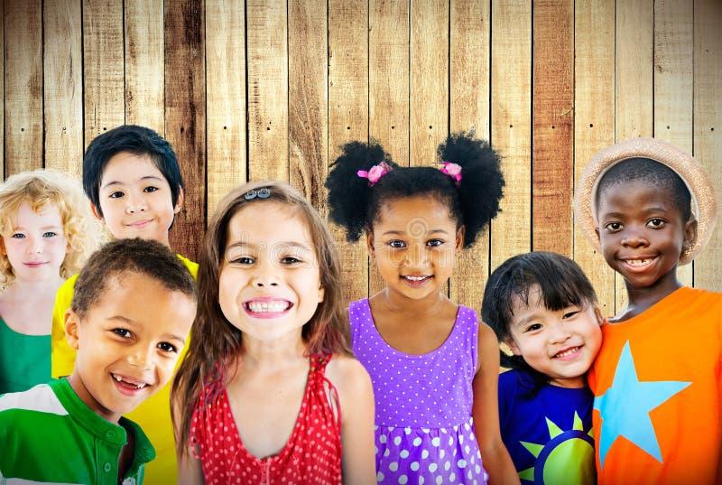 Harmlöshet för mångfaldbarnkamratskap som ler begrepp royaltyfria foton